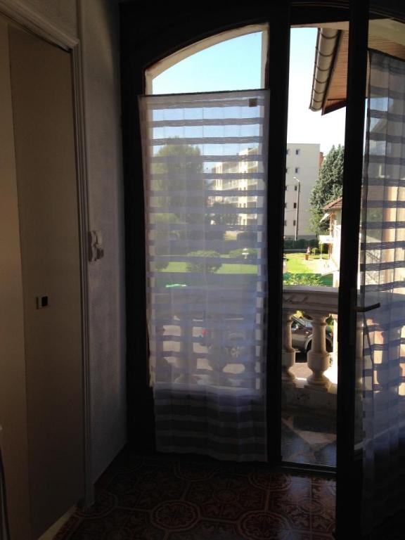 Porte fenêtre sur balcon et porte sur salle d'eau