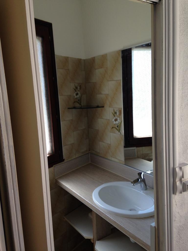 Accès salle d'eau, lavabo et douche