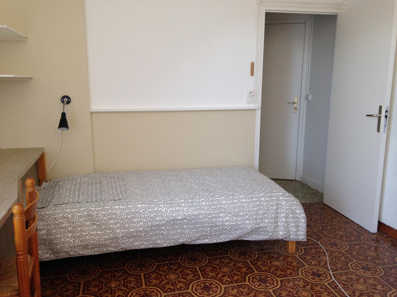 Le lit 90*190 et accès dressing et wc
