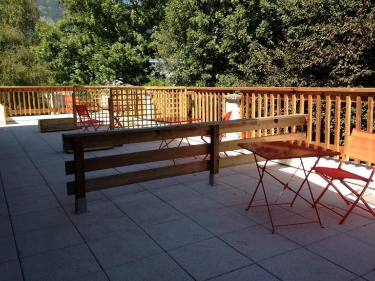 Terrasse commune avec espace privatif, chacun sa table