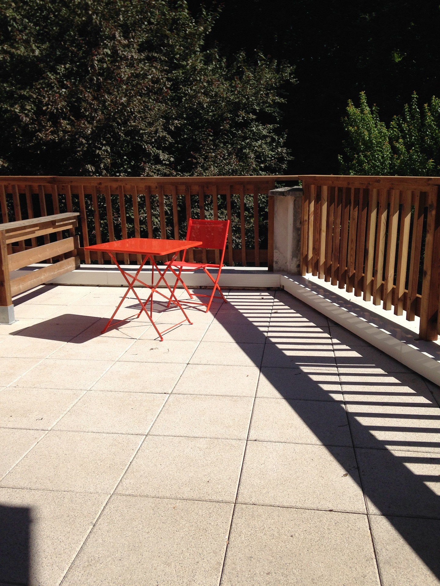 Studio 9 espace terrasse privé : vue depuis la porte-fenêtre du studio