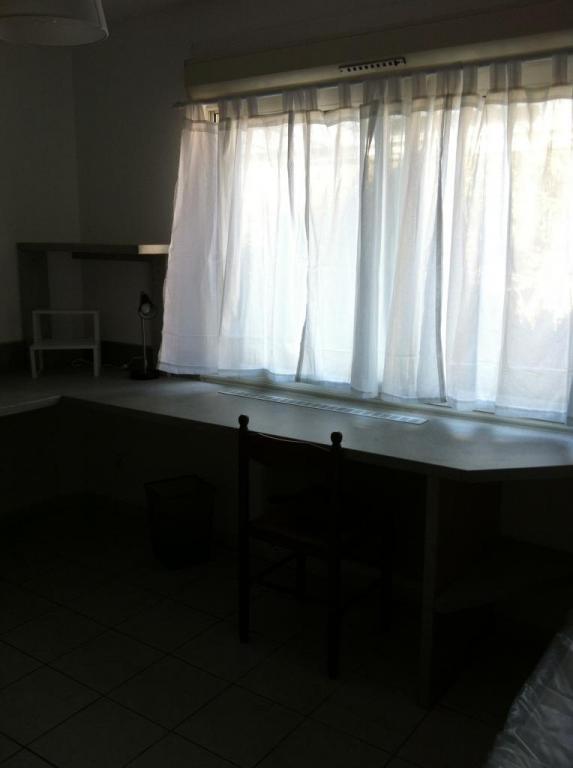 Bureau sous la fenêtre