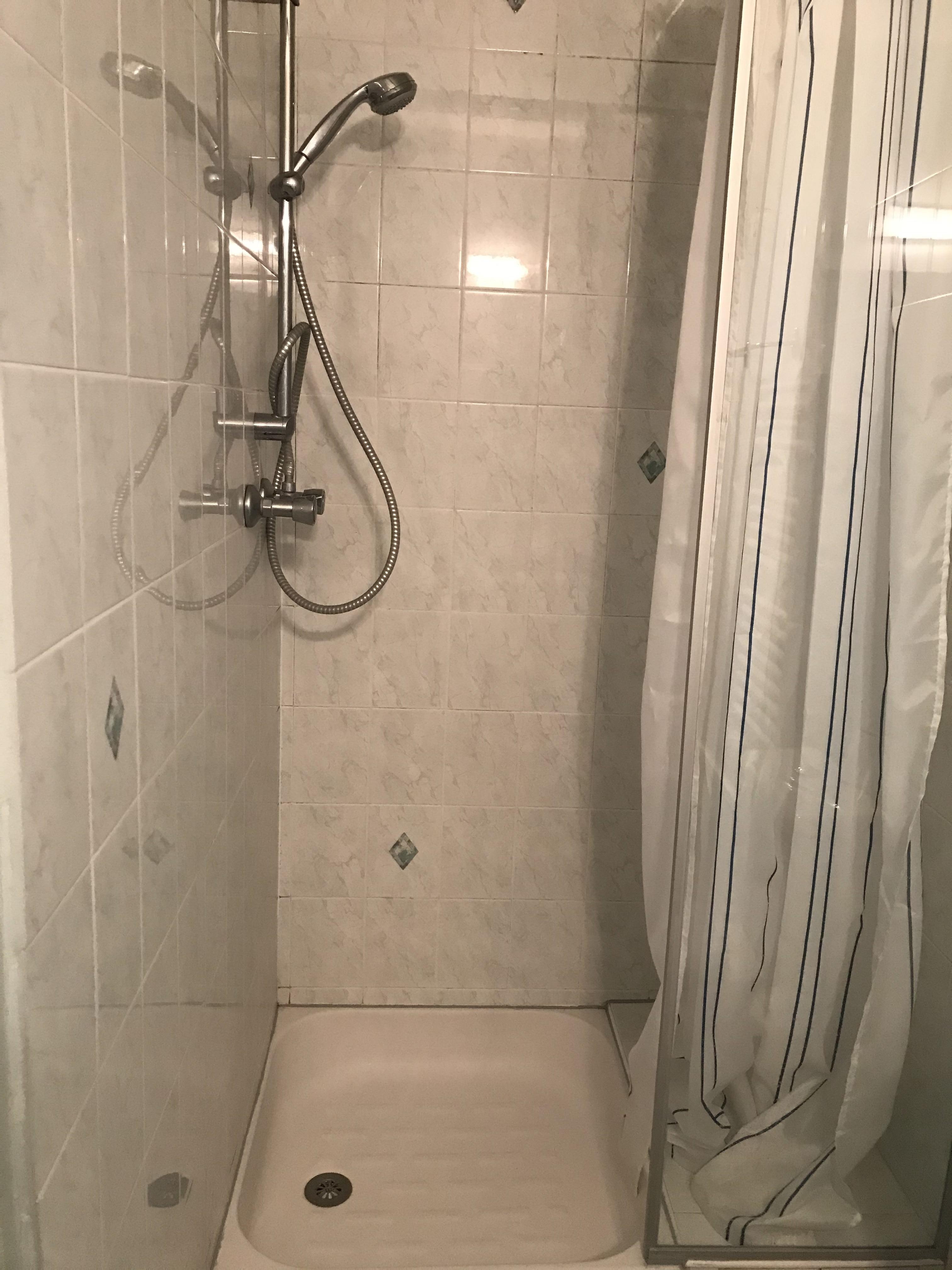 ...avec une douche...