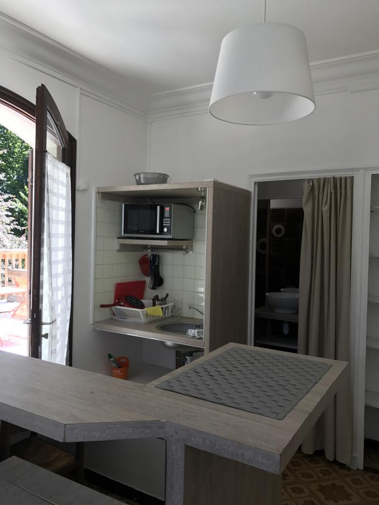 Studio meublé s8 salle d'eau derrière le rideau