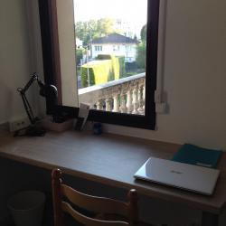 S12- Bureau sous la fenêtre donnant sur son balcon